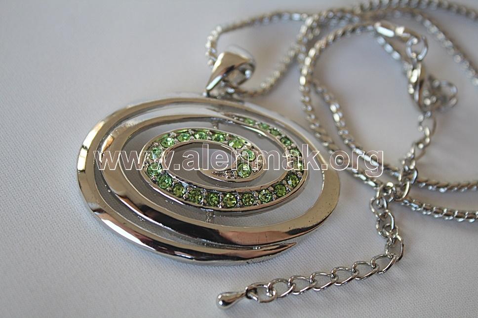 Колие с метални висулки и други камъни - Творческа сила в зелено