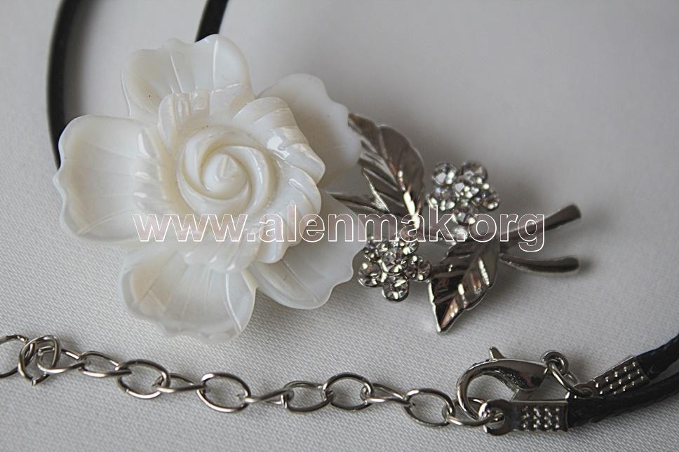 Колие Бяла роза